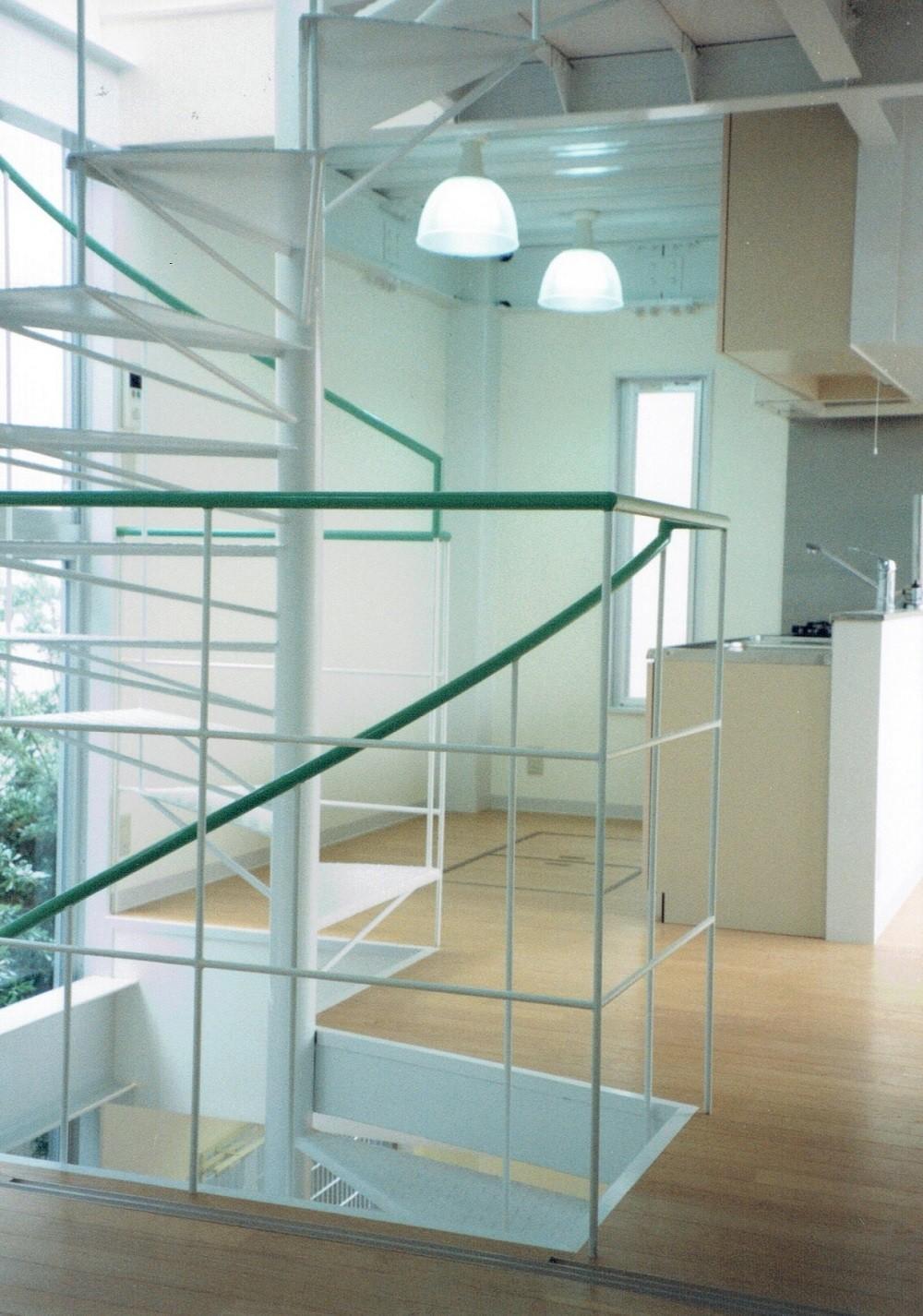 キッチン事例:らせん階段より、キッチンを観る(ポップなカラーが映える鉄骨構造の狭小住宅(Kid`s House))