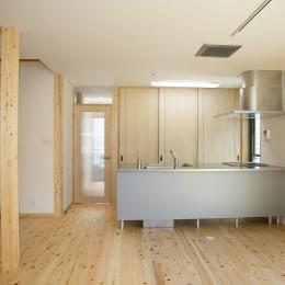 無垢材の香り漂う自然素材の住宅:地震に強い家(制震住宅+耐震住宅) (子育てを支援するキッチン~ダイニング)