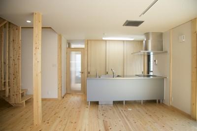 子育てを支援するキッチン~ダイニング (無垢材の香り漂う自然素材住宅:子育て世代にむけた のびやかな家)