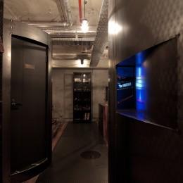 黒皮鉄板の家〜鉄板で間仕切り壁をつくる〜 (通路)