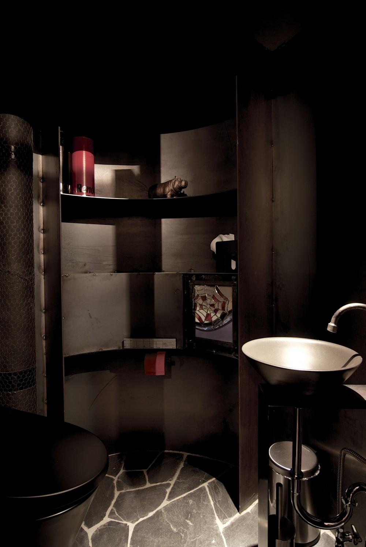 黒皮鉄板の家〜鉄板で間仕切り壁をつくる〜 (トイレ)