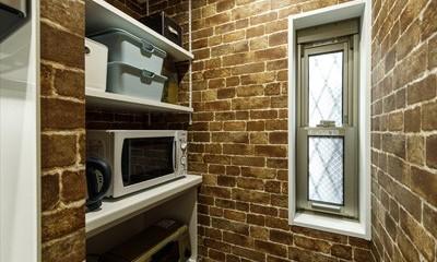 開放的なリビングに、お洒落なバースタイルのキッチンを実現 (【収納】)
