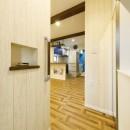 開放的なリビングに、お洒落なバースタイルのキッチンを実現の写真 【玄関】