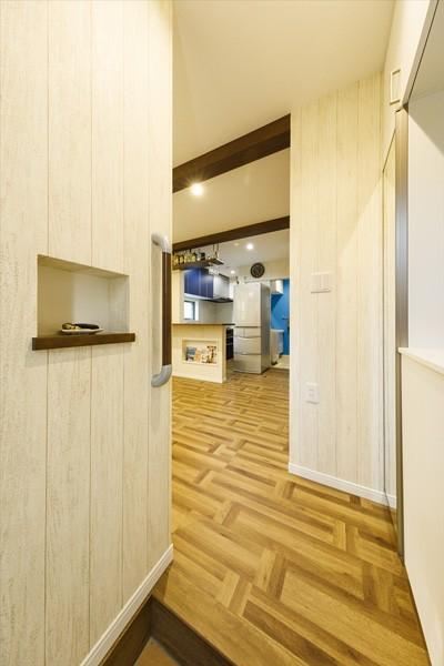 開放的なリビングに、お洒落なバースタイルのキッチンを実現 (【玄関】)