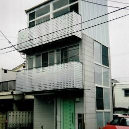 狭い敷地に建つ外観 (広く魅せる工夫を凝らす狭小住宅:鉄骨構造の小さい住宅)