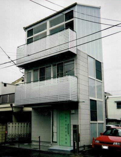 広く魅せる工夫を凝らす狭小住宅:鉄骨構造の小さい住宅 (狭い敷地に建つ外観)
