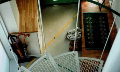 広く魅せる工夫を凝らす狭小住宅:鉄骨構造の小さい住宅 (玄関)