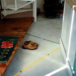 広く魅せる工夫を凝らす狭小住宅:鉄骨構造の小さい住宅 (玄関ホール)