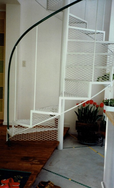 らせん階段 (広く魅せる工夫を凝らす狭小住宅:鉄骨構造の小さい住宅)