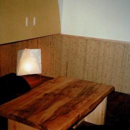 広く魅せる工夫を凝らす狭小住宅:鉄骨構造の小さい住宅 (個室)