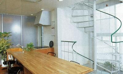 広く魅せる工夫を凝らす狭小住宅:鉄骨構造の小さい住宅 (2階:ダイニング~キッチン~階段室)