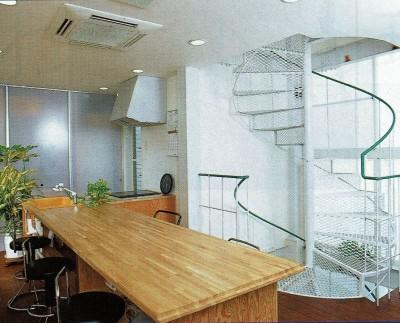 2階:ダイニング~キッチン~階段室 (広く魅せる工夫を凝らす狭小住宅:鉄骨構造の小さい住宅)