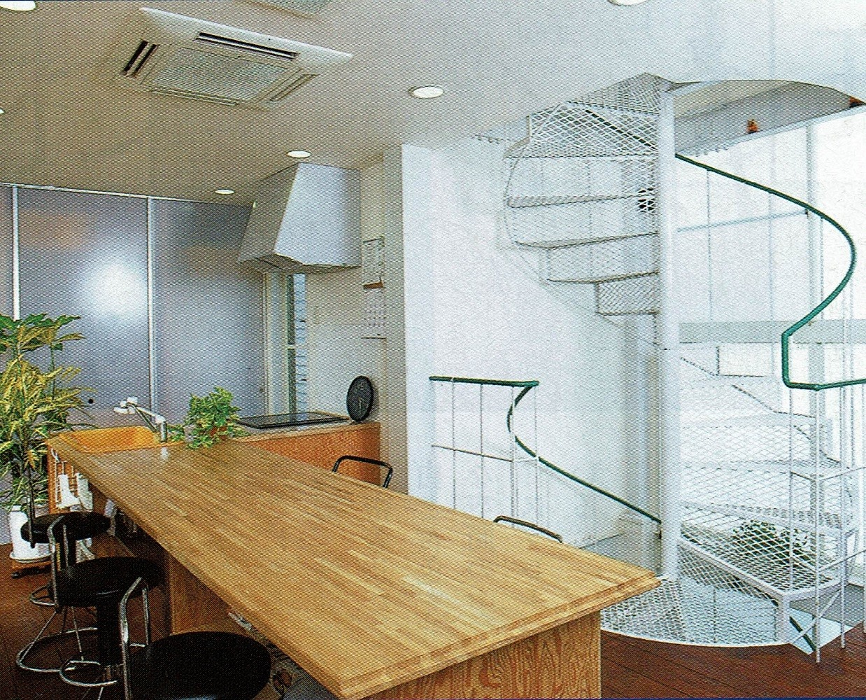 キッチン事例:2階:ダイニング~キッチン~階段室(広く魅せる工夫を凝らす狭小住宅:鉄骨構造の小さい住宅)