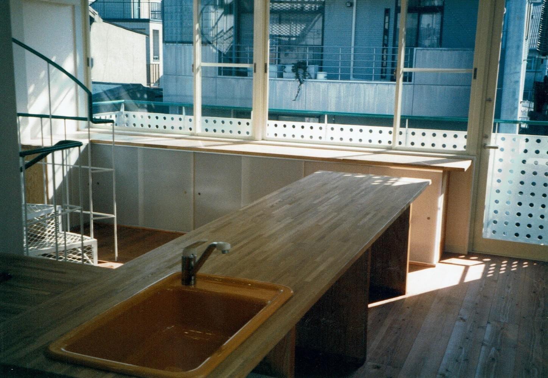キッチン事例:キッチン~ダイニング(広く魅せる工夫を凝らす狭小住宅:鉄骨構造の小さい住宅)
