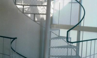 広く魅せる工夫を凝らす狭小住宅:鉄骨構造の小さい住宅 (らせん階段)