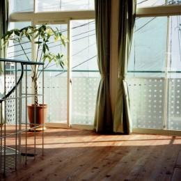 広く魅せる工夫を凝らす狭小住宅:鉄骨構造の小さい住宅 (3階リビング)