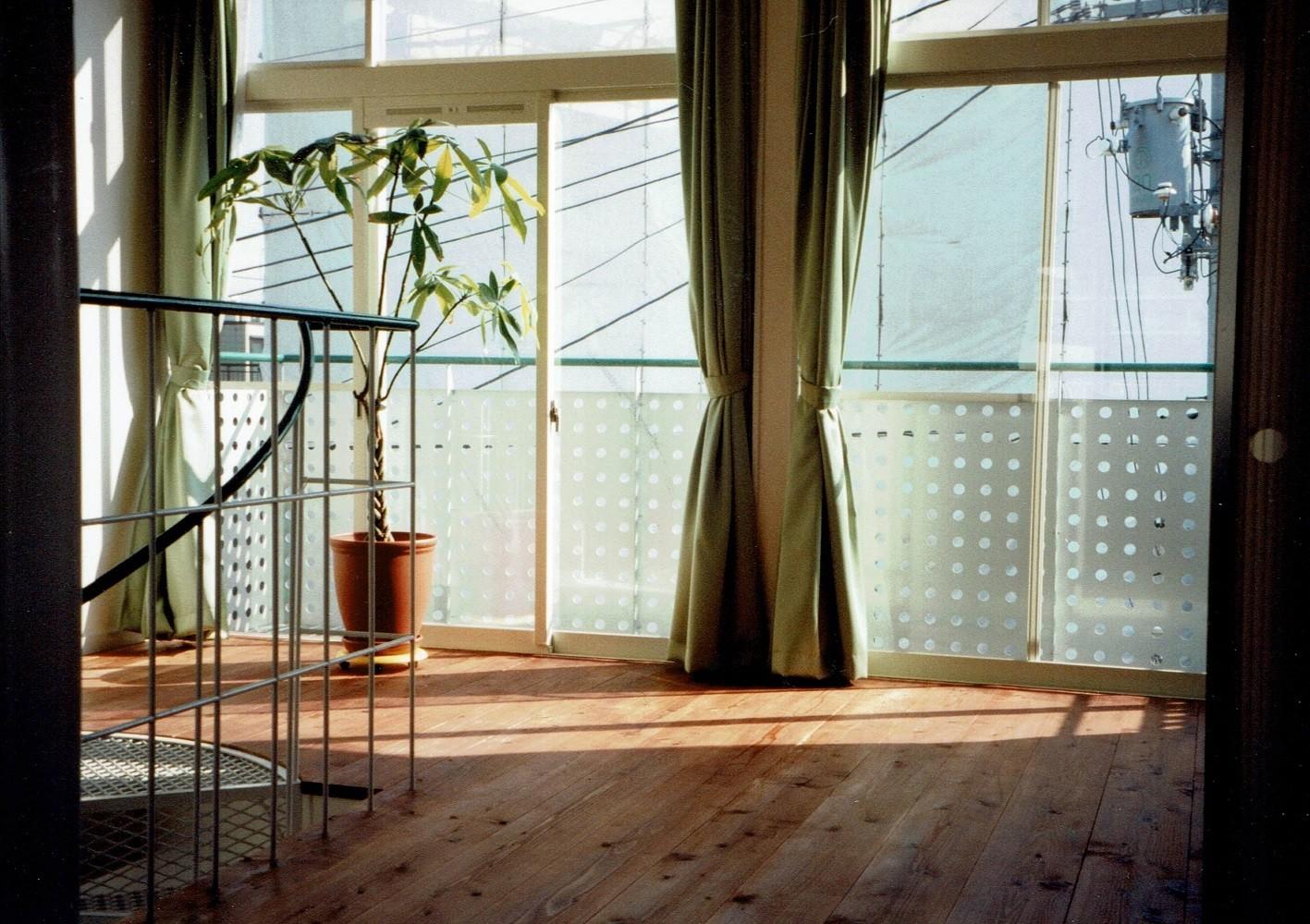 リビングダイニング事例:3階リビング(広く魅せる工夫を凝らす狭小住宅:鉄骨構造の小さい住宅)