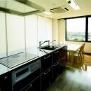 眺望を楽しむ暮らし:ビルのリノベーションの写真 ダイニング~キッチン