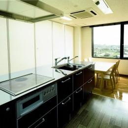 眺望を楽しむ暮らし:ビルのリノベーション (ダイニング~キッチン)