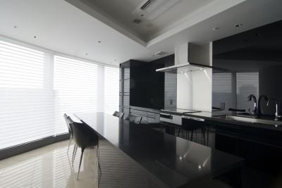 ダイニング・キッチン (高層階の眺望を楽しむ扇型リビングの家)