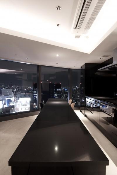 高層階の眺望を楽しむ扇型リビングの家 (ダイニング・キッチン)