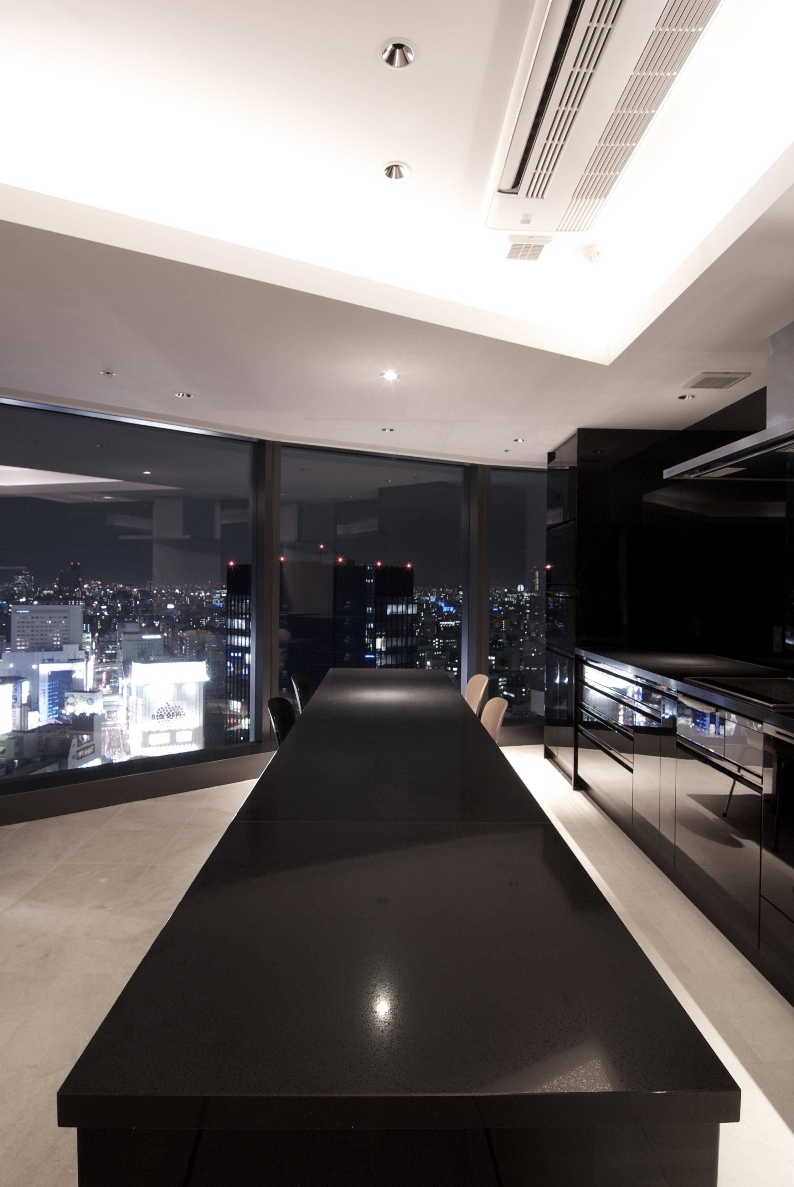 キッチン事例:ダイニング・キッチン(高層階の眺望を楽しむ扇型リビングの家)