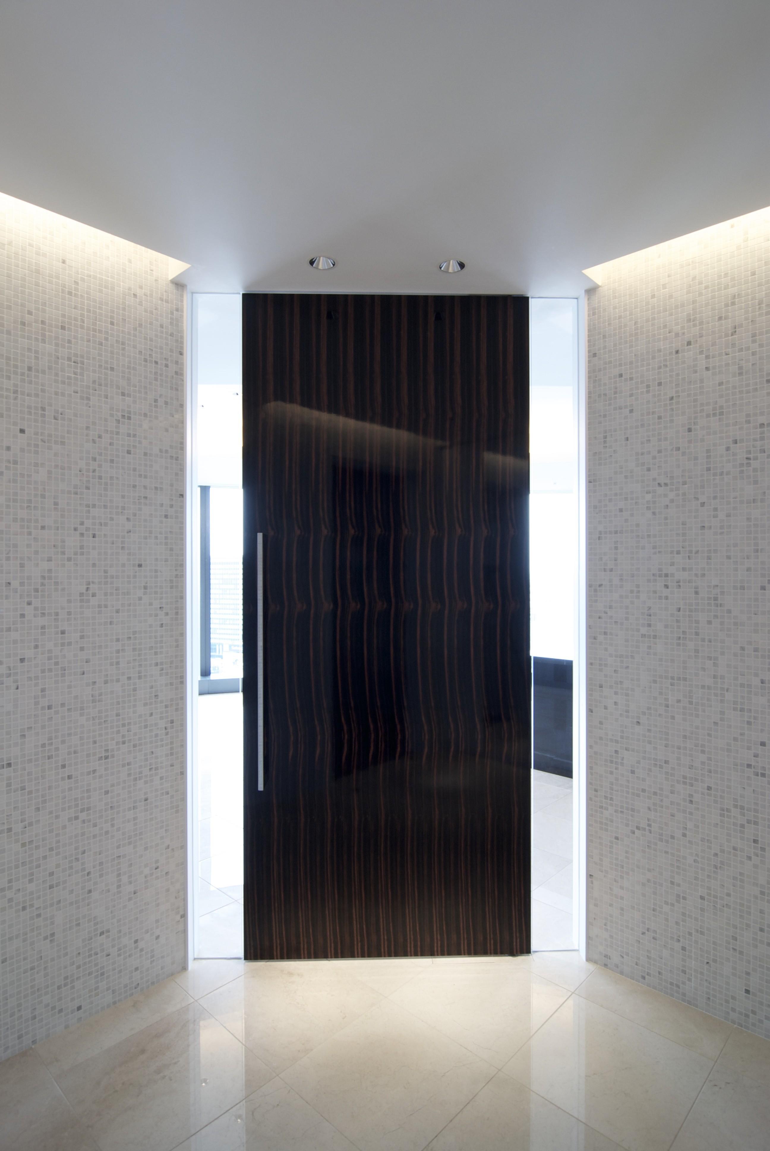 玄関事例:玄関ホール(高層階の眺望を楽しむ扇型リビングの家)