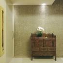 典雅さを目指した広尾の住まい RCビシャン仕上げの外観 シノワズリのインテリア空間の写真 広尾の住まい玄関ホール