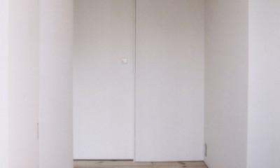 川の側の家〜おおきな開口と段差のある空間〜 (玄関)