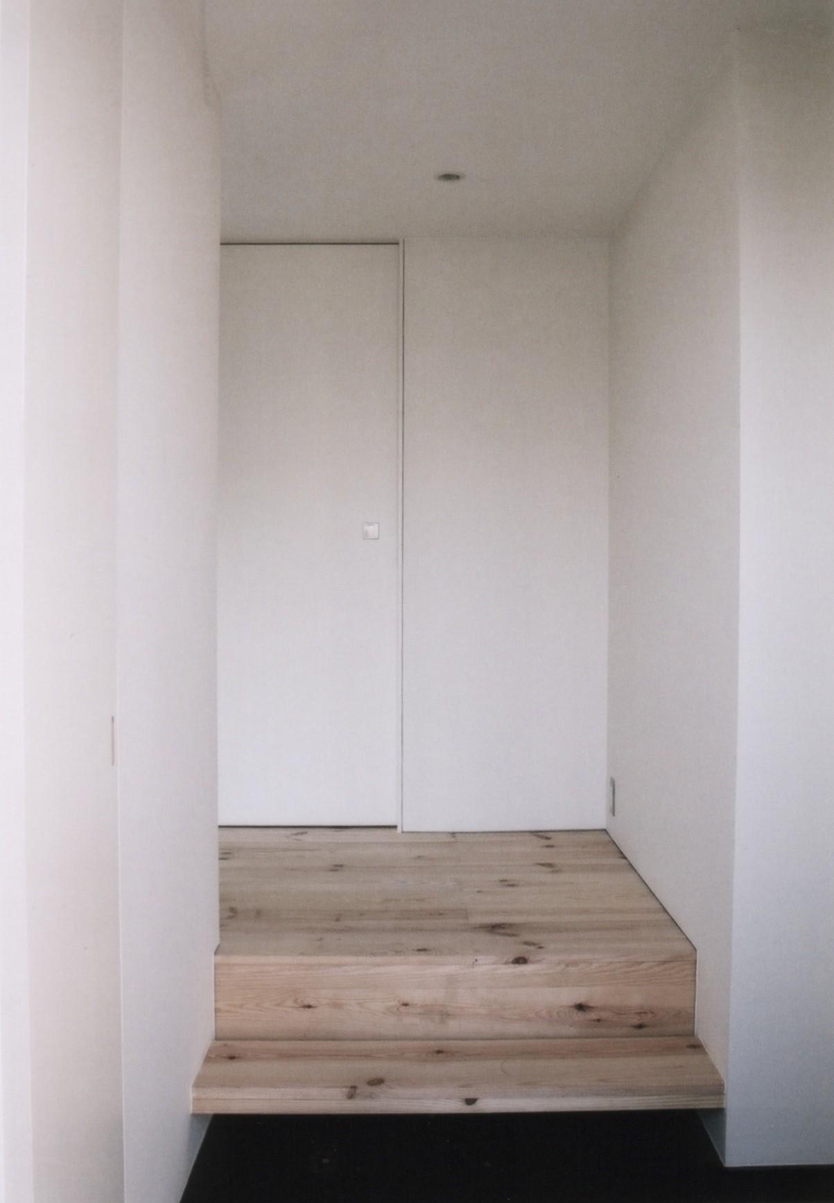玄関事例:玄関(川の側の家〜おおきな開口と段差のある空間〜)