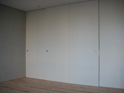空間を仕切る建具 (川の側の家〜おおきな開口と段差のある空間〜)