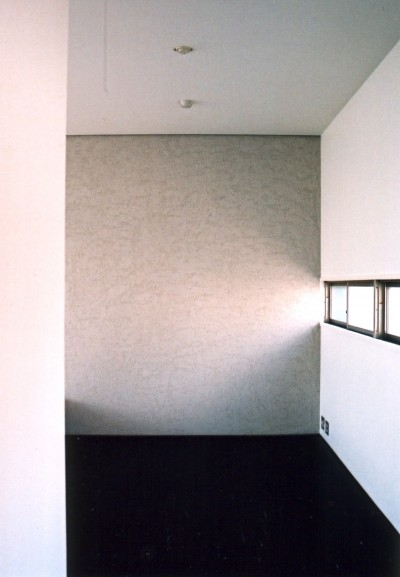 川の側の家〜おおきな開口と段差のある空間〜 (寝室の開口)