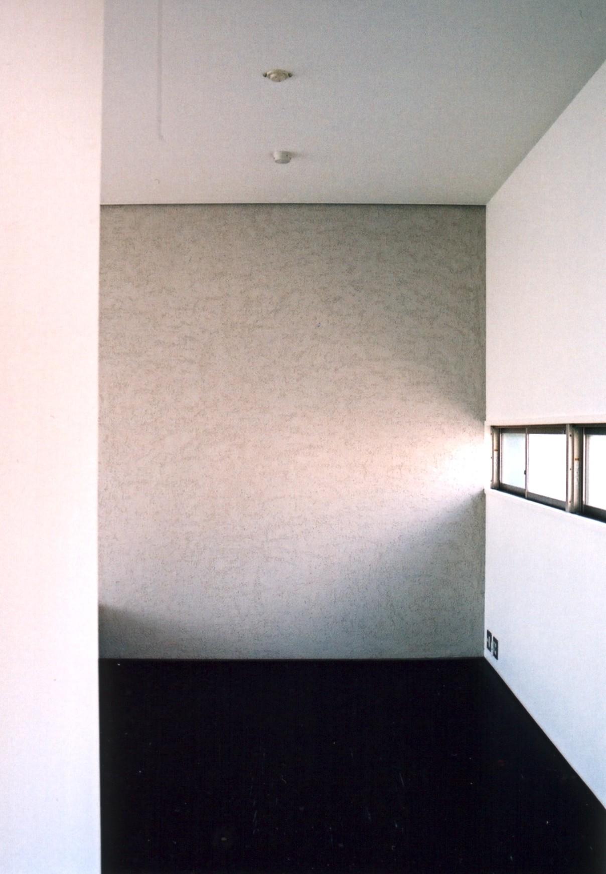 ベッドルーム事例:寝室の開口(川の側の家〜おおきな開口と段差のある空間〜)