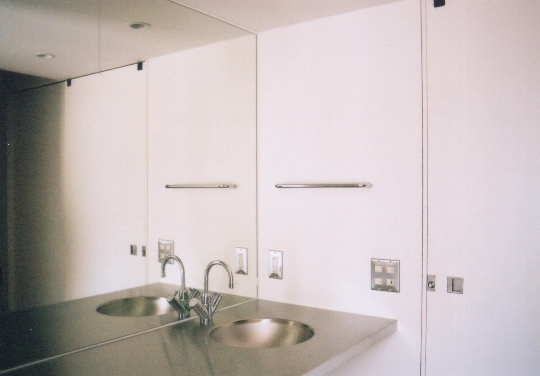 バス/トイレ事例:ステンレスの洗面台(川の側の家〜おおきな開口と段差のある空間〜)