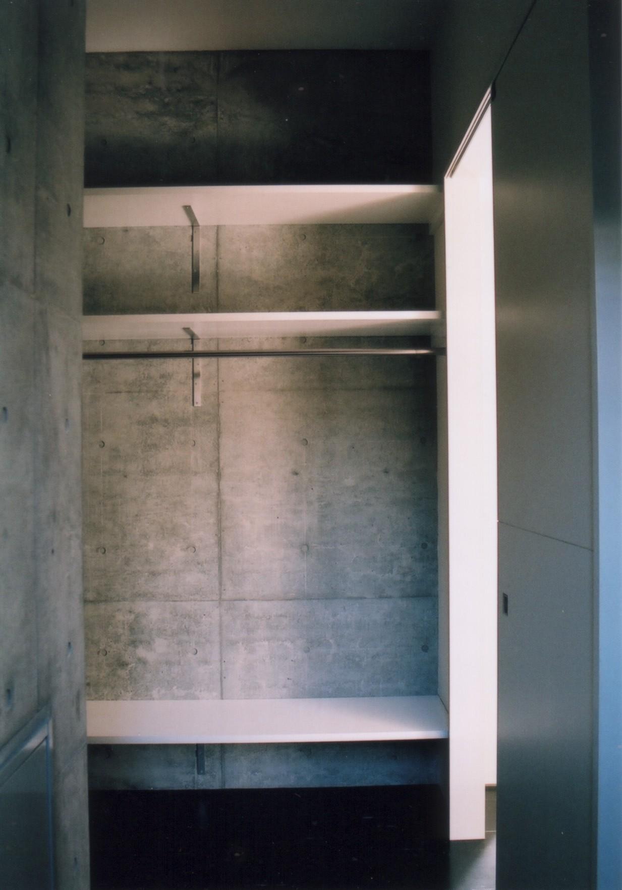 収納事例:納戸(川の側の家〜おおきな開口と段差のある空間〜)