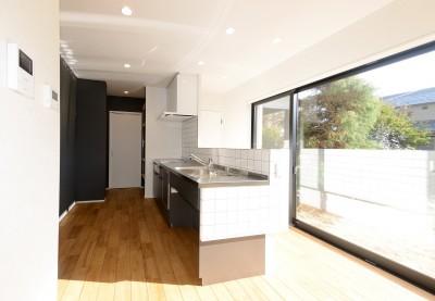 森のような風情を楽しみながら過ごす築40年以上の戸建てリファイニング (キッチン)
