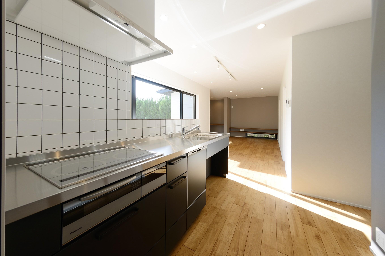 キッチン事例:キッチンからダイニングを望む(森のような風情を楽しみながら過ごす築40年以上の戸建てリファイニング)