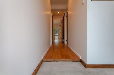 暮らしのシーンを彩る家 (コンクリート土間と無垢床の玄関)