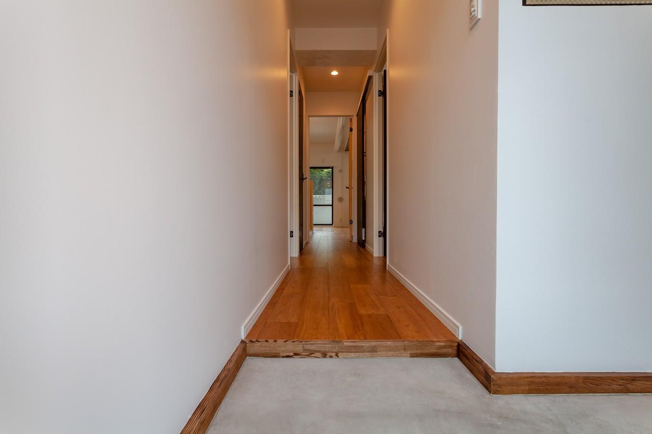 その他事例:コンクリート土間と無垢床の玄関(暮らしのシーンを彩る家)