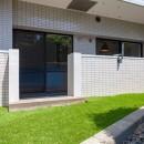 暮らしのシーンを彩る家の写真 専用庭には人工芝