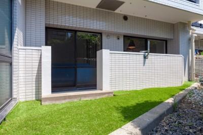 専用庭には人工芝 (暮らしのシーンを彩る家)