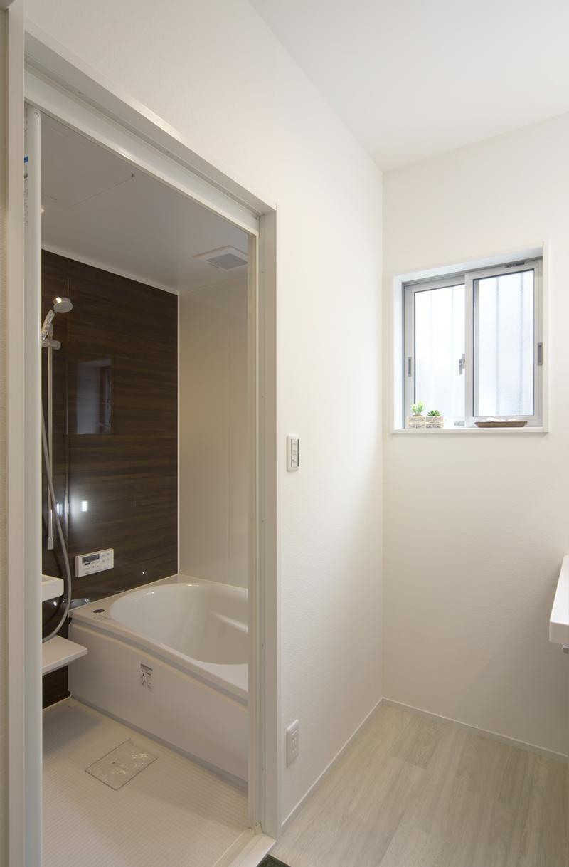 ワンフロアのナチュラルなLDK (浴室)