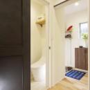 ワンフロアのナチュラルなLDKの写真 トイレ・玄関