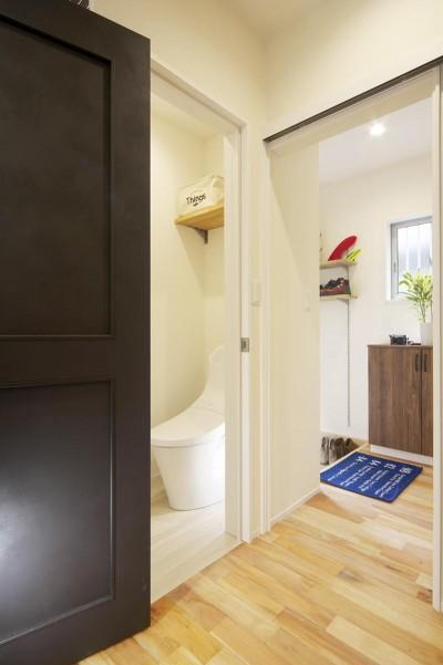 トイレ・玄関 (ワンフロアのナチュラルなLDK)