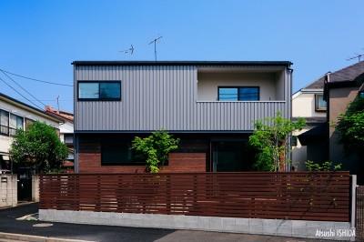 駒沢公園の家〜倉庫のような外観・柔らかい室内〜 (道路側外観)