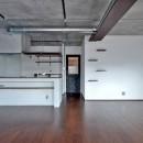 モルタル仕上げのキッチン×キャットステップのあるワンストップリノベーション住まいの写真 LDK