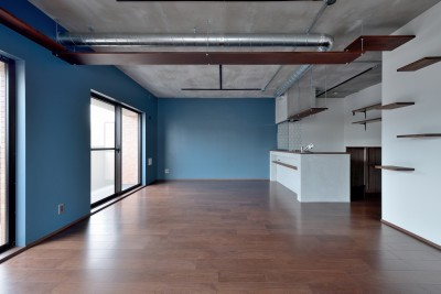 LDK (モルタル仕上げのキッチン×キャットステップのあるワンストップリノベーション住まい)
