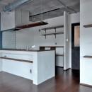 モルタル仕上げのキッチン×キャットステップのあるワンストップリノベーション住まいの写真 キッチン