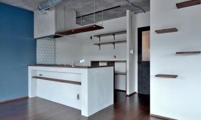 モルタル仕上げのキッチン×キャットステップのあるワンストップリノベーション住まい (キッチン)