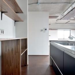 キッチン (モルタル仕上げのキッチン×キャットステップのあるワンストップリノベーション住まい)